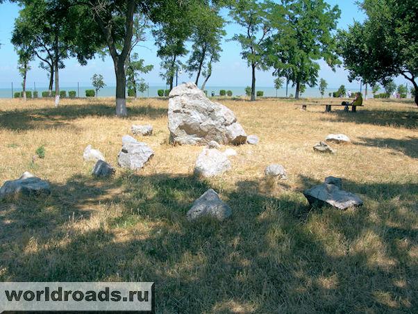 Камни в прибрежном парке