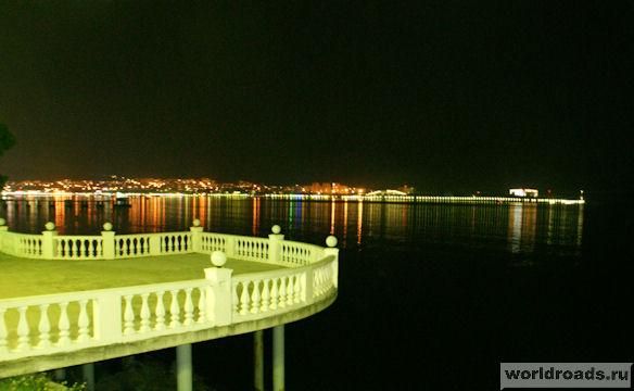 Один из балконов набережной Геленджика