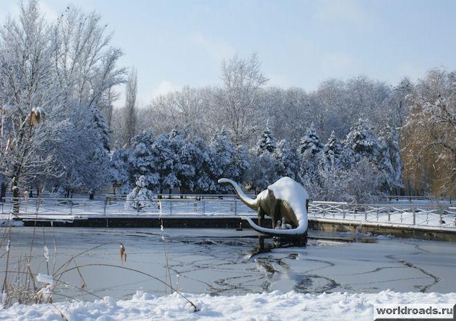 Динозавр на заснеженном озере