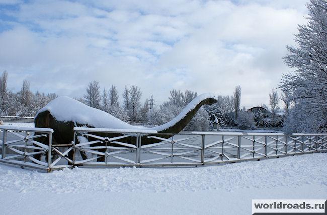 Динозавр в снегу