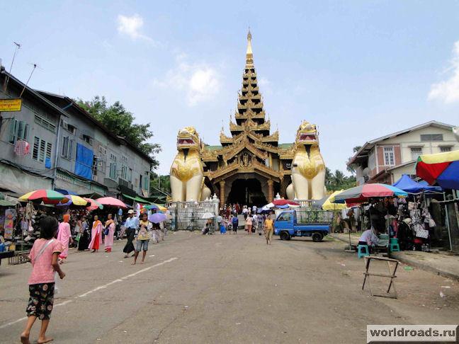 Янгон. Перед входом в Шведагон