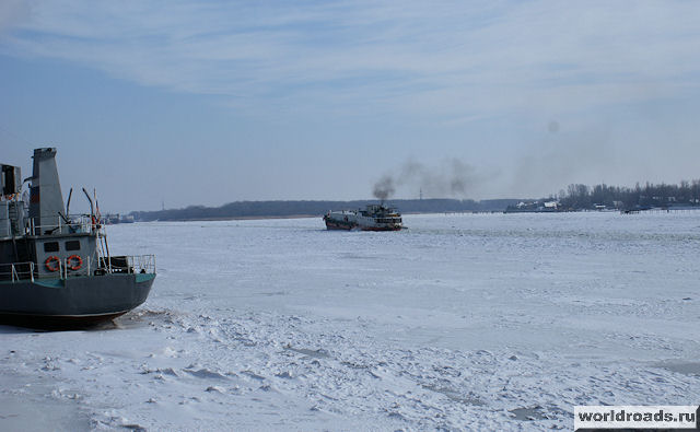 Судёнышко вмёрзло в лёд на середине реки