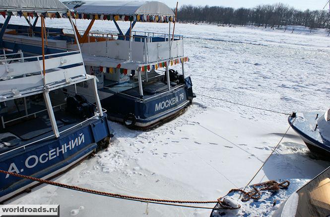 Прогулочные теплоходы во льду