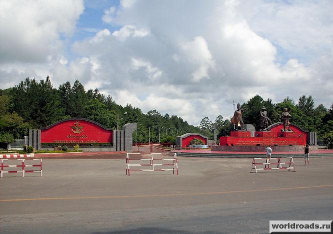 вход в военный институт Мьянмы