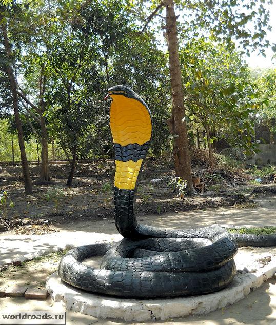 Скульптура змеи