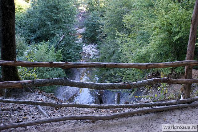 Ущелье в лесу