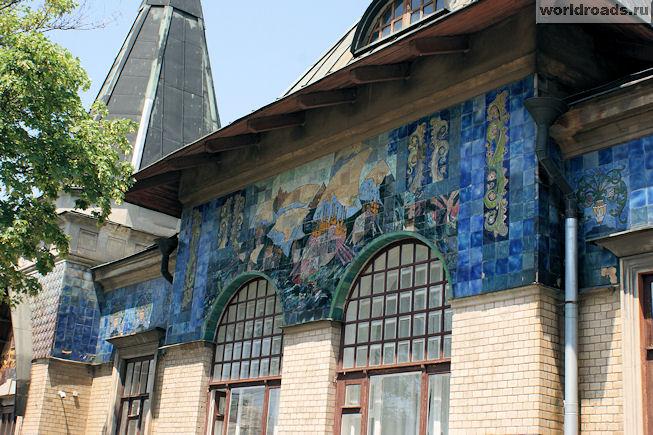 Мозаичное панно под крышей