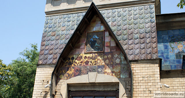 Мозаика над дверью