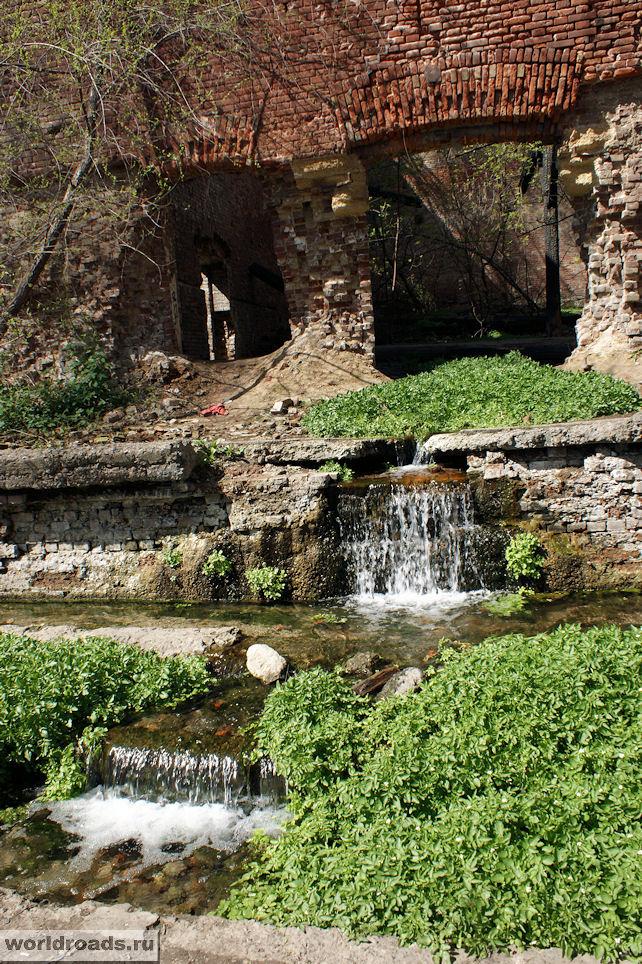 Руины с водопадами