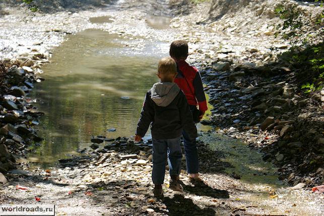 Дети у реки