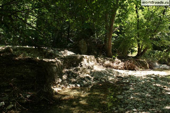 Камень с дороги