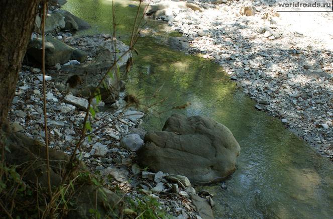 Камень в реке