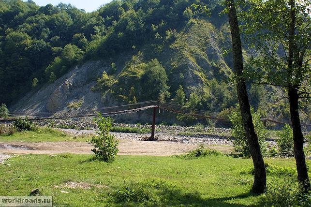 Подвесной мост в долине реки Аше