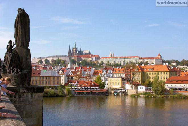 Вид с Карлова моста на Прагу