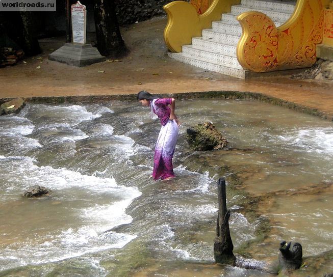 Бирманка переходит водопад