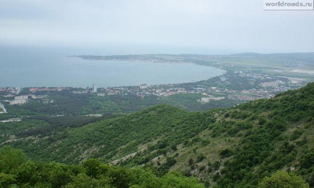 Вид на Геленджикускую бухту с канатной дороги Геленджика