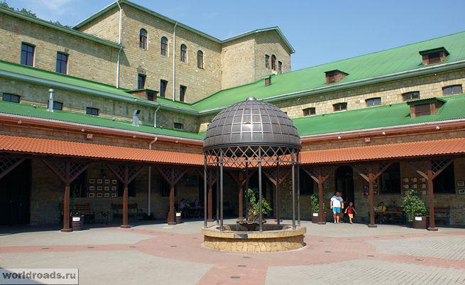 Абрау-Дюрсо, дворик Центра винного туризма