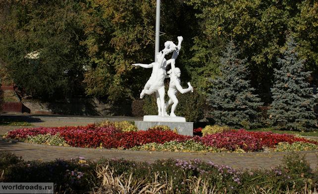Памятник олимпийцам на набережной