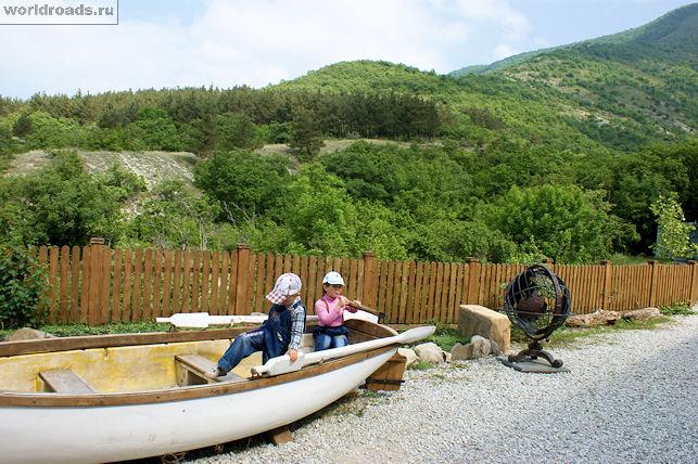 Лодка возле морского музея