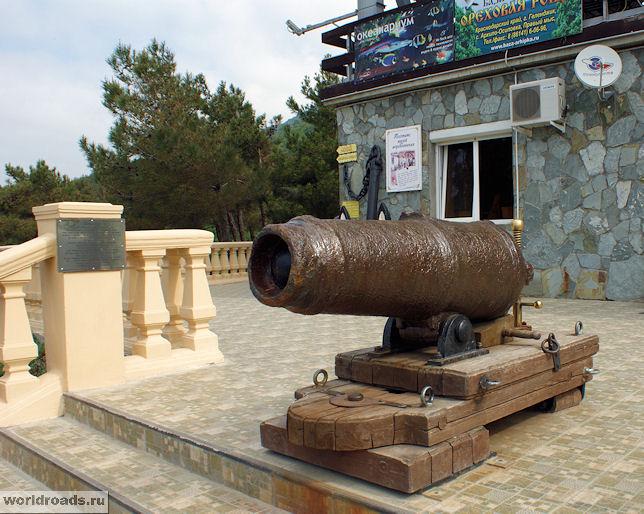Пушка у входа в морской музей