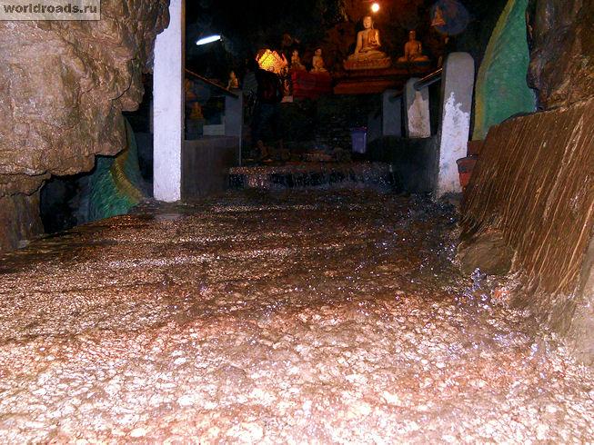 Поток воды в пещере