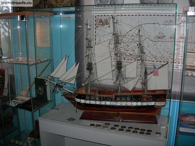 Макет парусника и морские монеты