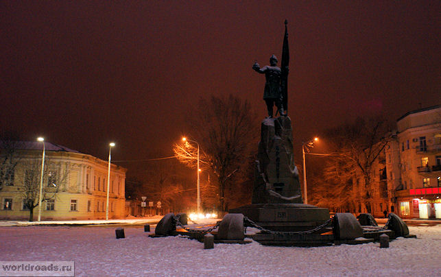 Памятник Ермаку возле Вознесенского собора