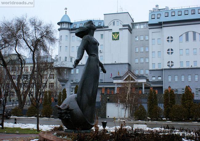 Памятник ростовчанке