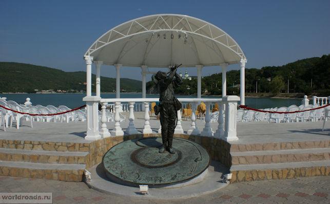 Памятник Утёсову в Абрау-Дюрсо