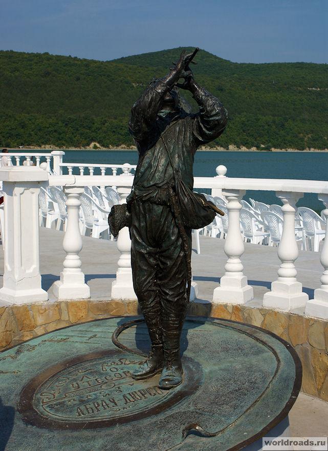 Памятник Утёсову в Абрау