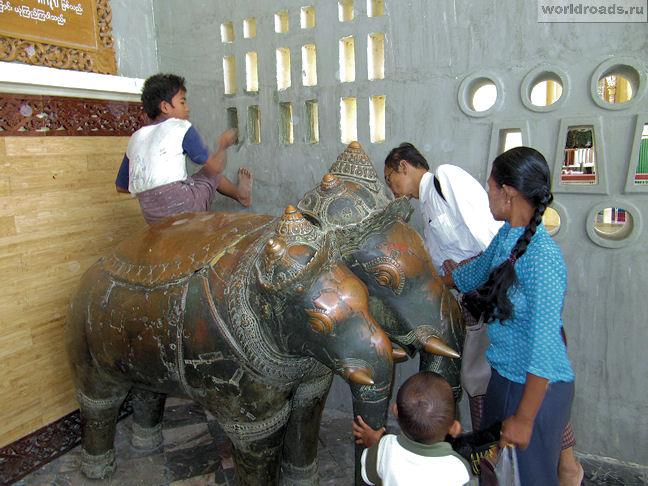 Бронзовые статуи храма Махамуни