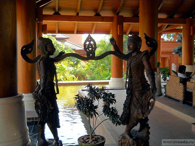 Скульптуры на террасе