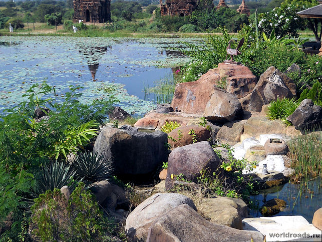 Пагоды Багана в озере