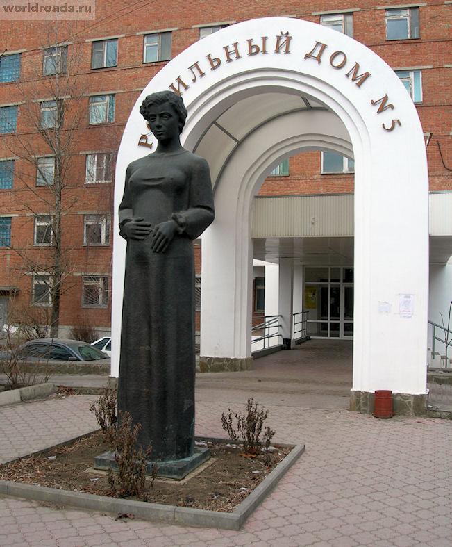 Памятник беременной в Ростове